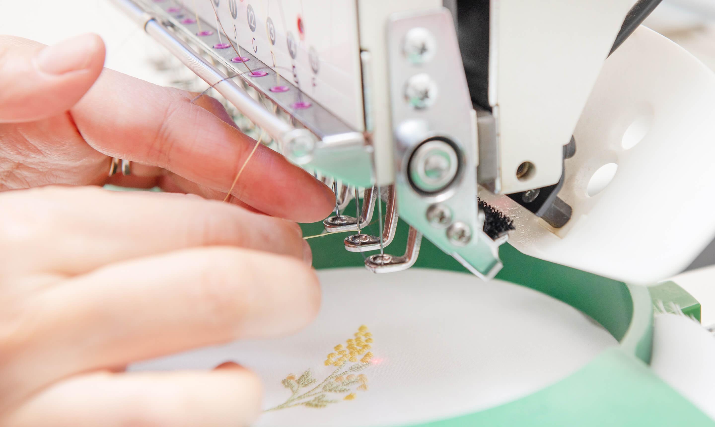 糸の調子を整える手元の画像