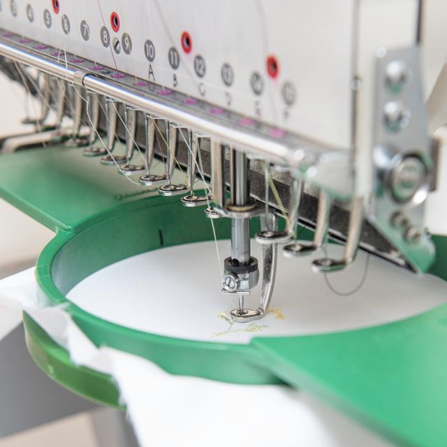 ミシンで刺繍をしているイメージ画像